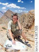 Мужчина турист с мобильным телефоном и картой в горах. Стоковое фото, фотограф Дмитрий Калиновский / Фотобанк Лори
