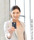 Купить «Счастливая деловая женщина с банковской картой в руках в офисе», фото № 4387981, снято 31 марта 2012 г. (c) Syda Productions / Фотобанк Лори