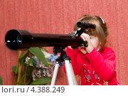 Маленькая девочка смотрит в телескоп дома. Стоковое фото, фотограф Виталий Верхозин / Фотобанк Лори