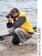 Пожилая туристка фотографирует  город Санкт-Петербург с пляжа Петропавловской крепости (2011 год). Стоковое фото, фотограф Людмила Маркина / Фотобанк Лори