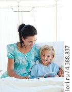 Купить «Мама с маленькой девочкой читают книгу в больничной палате», фото № 4388837, снято 1 октября 2009 г. (c) Wavebreak Media / Фотобанк Лори
