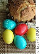 Пасхальный кулич с крашеными яйцами на бамбуковой салфетке. Стоковое фото, фотограф Ольга Разуваева / Фотобанк Лори
