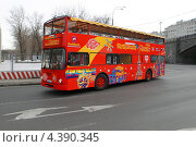 Купить «Москва, туристический автобус на Софийской набережной», эксклюзивное фото № 4390345, снято 9 марта 2013 г. (c) Дмитрий Неумоин / Фотобанк Лори