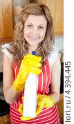 Купить «Счастливая домохозяйка убирается на кухне с помощью чистящего средства», фото № 4394445, снято 30 марта 2010 г. (c) Wavebreak Media / Фотобанк Лори