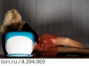 Купить «Девушка сидит в полумраке перед ноутбуком», фото № 4394969, снято 2 апреля 2006 г. (c) Syda Productions / Фотобанк Лори