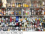 Купить «Витрина с алкоголем», фото № 4396121, снято 26 февраля 2013 г. (c) Яков Филимонов / Фотобанк Лори