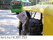 Читающий рикша (2013 год). Редакционное фото, фотограф Сергей Аряев / Фотобанк Лори