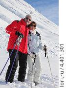 Купить «Улыбающаяся пожилая пара лыжников», фото № 4401301, снято 10 января 2010 г. (c) Phovoir Images / Фотобанк Лори
