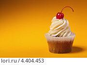 Купить «Кекс с вишенкой на оранжевом фоне», фото № 4404453, снято 12 марта 2013 г. (c) Максим Бондарчук / Фотобанк Лори