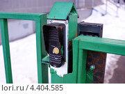 Купить «Кнопка звонка на железных воротах», фото № 4404585, снято 27 февраля 2013 г. (c) Павел Кричевцов / Фотобанк Лори