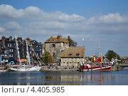 Яхты на причале в Нормандии (2012 год). Стоковое фото, фотограф Волошанович Виктория Алексеевна / Фотобанк Лори
