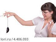 Улыбающаяся девушка держит в руке компьютерную мышь. Стоковое фото, фотограф Galina Zakovorotnaya / Фотобанк Лори