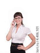 Улыбающаяся девушка говорит по мобильному телефону. Стоковое фото, фотограф Galina Zakovorotnaya / Фотобанк Лори