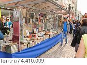Купить «Книжный развал на Арбате», эксклюзивное фото № 4410009, снято 22 апреля 2012 г. (c) Алёшина Оксана / Фотобанк Лори