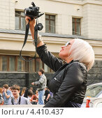 Купить «Девушка фотограф на параде мыльных пузырей Dreamflash», эксклюзивное фото № 4410437, снято 22 апреля 2012 г. (c) Алёшина Оксана / Фотобанк Лори