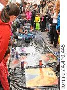 Купить «Художник аэрографист на Арбате», эксклюзивное фото № 4410445, снято 22 апреля 2012 г. (c) Алёшина Оксана / Фотобанк Лори