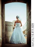 Невеста стоит спиной в арке. Стоковое фото, фотограф Vas Pakulov / Фотобанк Лори