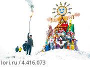 Купить «Мужчина поджигает  Масленицу в Зеленограде», эксклюзивное фото № 4416073, снято 17 марта 2013 г. (c) Володина Ольга / Фотобанк Лори