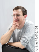Задумчивый человек сидит на стуле. Стоковое фото, фотограф Виталий Верхозин / Фотобанк Лори