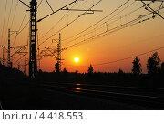 Закат солнца над железной дорогой. Стоковое фото, фотограф Олег Соловьев / Фотобанк Лори