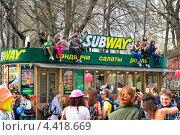 """Купить «Молодежь на крыше трамвая во время парада мыльных пузырей """"Dreamflash""""», эксклюзивное фото № 4418669, снято 22 апреля 2012 г. (c) Алёшина Оксана / Фотобанк Лори"""