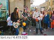 Купить «Уличные рок-музыканты на параде мыльных пузырей Dreamflash», эксклюзивное фото № 4419029, снято 22 апреля 2012 г. (c) Алёшина Оксана / Фотобанк Лори
