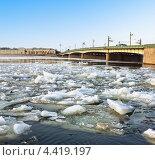 Ледоход на реке Нева в Санкт-Петербурге. Литейный мост (2011 год). Стоковое фото, фотограф Антон Куделин / Фотобанк Лори