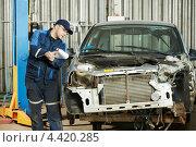 Купить «Автомеханик определяет объем ремонта поврежденного автомобиля», фото № 4420285, снято 18 марта 2013 г. (c) Дмитрий Калиновский / Фотобанк Лори