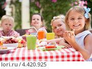 Купить «Компания детей празднует день рождения за столом», фото № 4420925, снято 16 июля 2012 г. (c) Monkey Business Images / Фотобанк Лори
