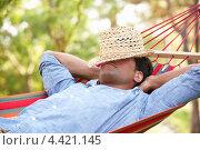 Купить «Мужчина спит в гамаке, положив шляпу на лицо», фото № 4421145, снято 16 июля 2012 г. (c) Monkey Business Images / Фотобанк Лори