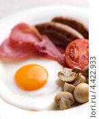 Купить «Завтрак на тарелке, яйцо с беконом, грибами и сосисками», фото № 4422933, снято 22 февраля 2019 г. (c) Food And Drink Photos / Фотобанк Лори