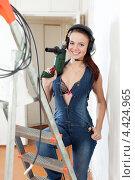 Купить «Сексуальная девушка в наушниках и с дрелью», фото № 4424965, снято 13 января 2013 г. (c) Яков Филимонов / Фотобанк Лори