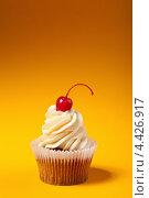 Купить «Кекс с кремом и вишенкой», фото № 4426917, снято 12 марта 2013 г. (c) Максим Бондарчук / Фотобанк Лори