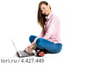 Девушка сидит перед ноутбуком и нажимает на клавиши. Стоковое фото, фотограф Артем Юрлагин (Петриченко) / Фотобанк Лори