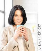 Купить «Привлекательная деловая женщина в офисе с кружкой чая», фото № 4431097, снято 7 апреля 2012 г. (c) Syda Productions / Фотобанк Лори