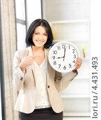 Купить «Молодая деловая женщина с часами в офисе», фото № 4431493, снято 7 апреля 2012 г. (c) Syda Productions / Фотобанк Лори
