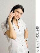 Девушка вопрошающе смотрит в кадр, разговаривая по телефону. Стоковое фото, фотограф Иванов Алексей / Фотобанк Лори
