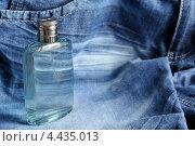 Флакон духов на фоне джинсов. Стоковое фото, фотограф Андрей Горшков / Фотобанк Лори