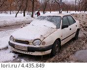 Купить «Старая Toyota Corolla стоит в грязи у обочины», фото № 4435849, снято 23 марта 2013 г. (c) Павел Кричевцов / Фотобанк Лори