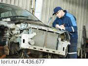 Купить «Автомеханик определяет объем ремонта автомобилей», фото № 4436677, снято 18 марта 2013 г. (c) Дмитрий Калиновский / Фотобанк Лори