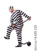 Купить «Заключенный в полосатой форме  в кандалах», фото № 4439129, снято 20 ноября 2012 г. (c) Elnur / Фотобанк Лори