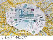 Купить «Пачка денег лежит на карте Москвы», фото № 4442677, снято 16 января 2013 г. (c) Мария Деркунская / Фотобанк Лори