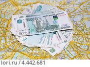 Пачка денег лежит на карте Москвы. Стоковое фото, фотограф Мария Деркунская / Фотобанк Лори