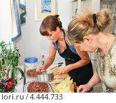 Купить «Приготовление холодных закусок дома», эксклюзивное фото № 4444733, снято 24 мая 2012 г. (c) Алёшина Оксана / Фотобанк Лори