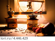Натюрморт с двумя ручными кофемолками на фоне горящей газовой колонки. Стоковое фото, фотограф Моисеева Светлана / Фотобанк Лори