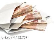 Деньги, вложенные в конверты, на белом фоне. Стоковое фото, фотограф Максим Тимофеев / Фотобанк Лори