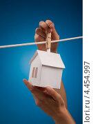 Бумажный домик висит на веревке. Стоковое фото, фотограф Vycheslav Leskovskiy / Фотобанк Лори