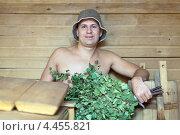 Купить «Мужчина с веником в сауне», фото № 4455821, снято 12 сентября 2012 г. (c) Яков Филимонов / Фотобанк Лори