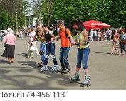 Купить «Молодежь на роликах», эксклюзивное фото № 4456113, снято 20 мая 2012 г. (c) Алёшина Оксана / Фотобанк Лори