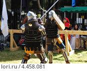 Купить «Битва двух средневековых рыцарей в ходе исторического фестиваля», фото № 4458081, снято 29 марта 2013 г. (c) Шутов Игорь / Фотобанк Лори